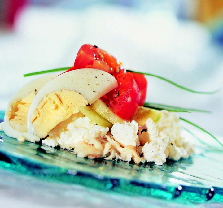 kodujuustu-suitsukalasalat